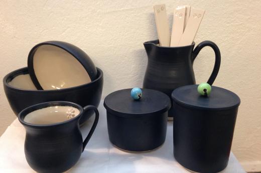 Kopper og skåle i sort fra keramiknissen